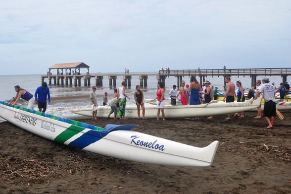 racing canoe at Waimea Pier - photo by Ray Gordon